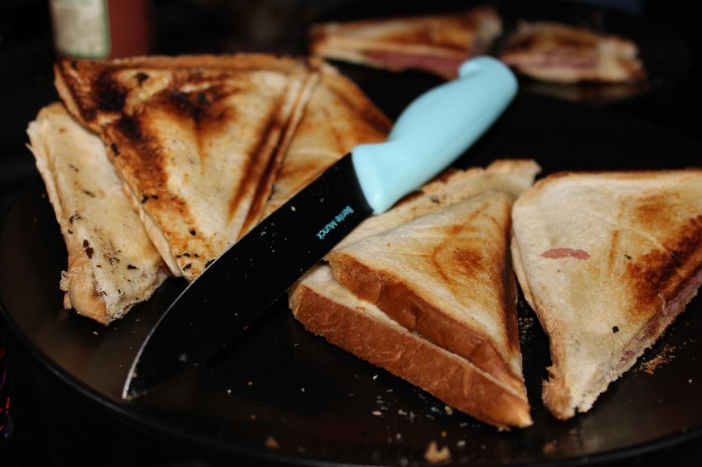 Toster czy opiekacz – czym się różni i jaki kupić? Wybieramy najlepszy opiekacz i toster do chleba